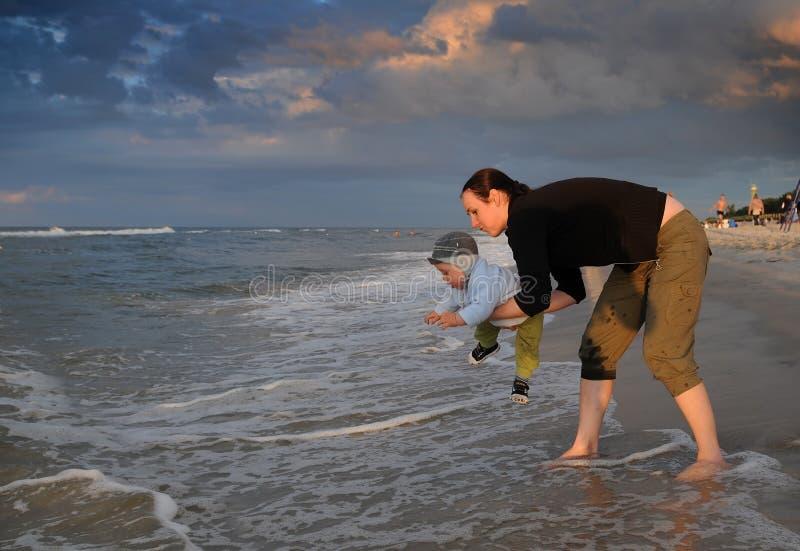 Madre e figlio che giocano alla spiaggia immagine stock