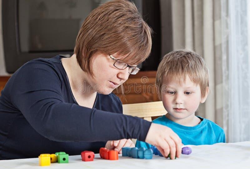 Madre e figlio che giocano insieme fotografia stock