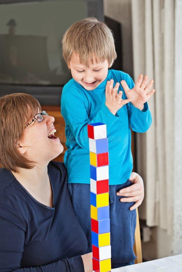 Madre e figlio che giocano insieme fotografie stock libere da diritti