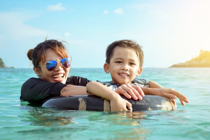 Madre e figlio che giocano nel mare fotografia stock