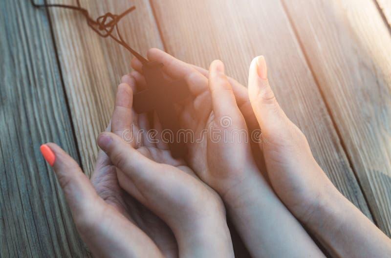 Madre e figlio che pregano insieme fotografie stock