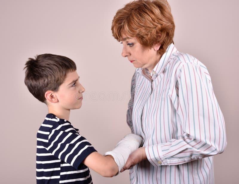 Madre e figlio con gesso a disposizione fotografie stock