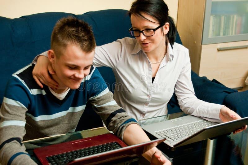 Madre e figlio con i computer portatili immagini stock libere da diritti