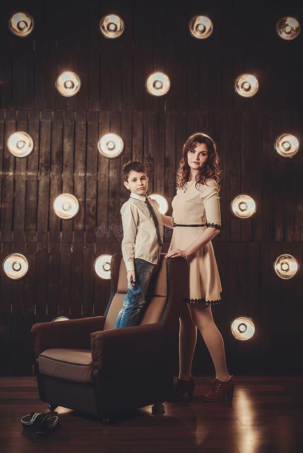 Madre e figlio davanti alle luci immagini stock libere da diritti