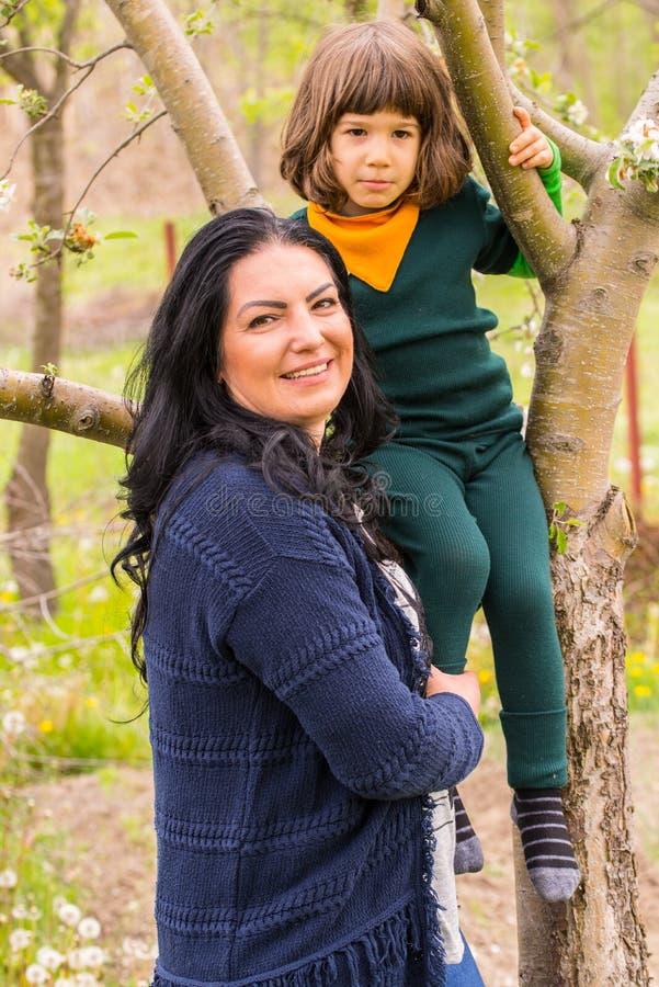 Madre e figlio in giardino immagini stock