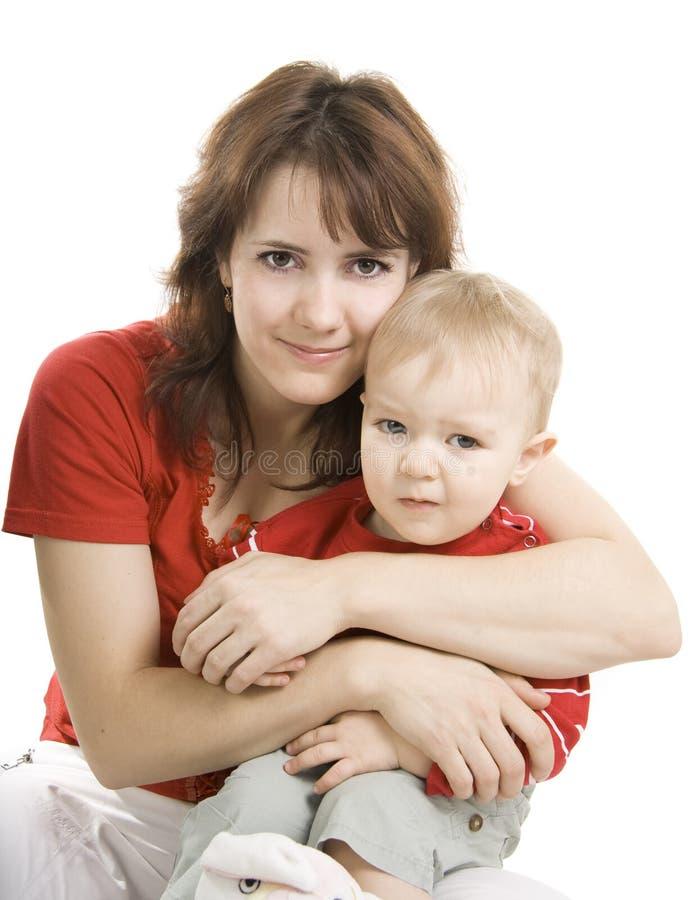 Madre e figlio isolati su bianco. immagine stock libera da diritti