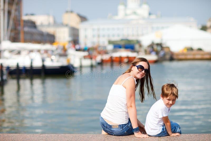 Madre e figlio nel centro urbano Helsinki Finlandia fotografie stock libere da diritti