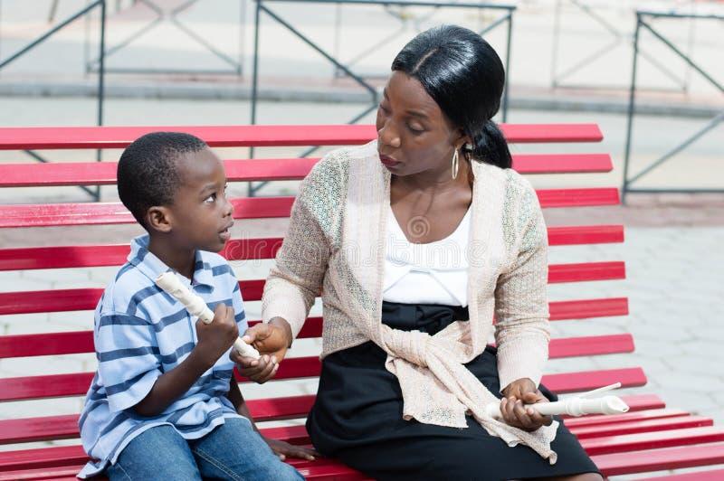 Madre e figlio nella musica immagini stock