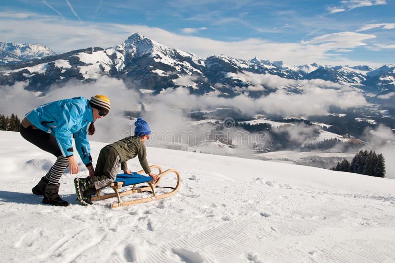 Madre e figlio nella neve di inverno fotografie stock libere da diritti