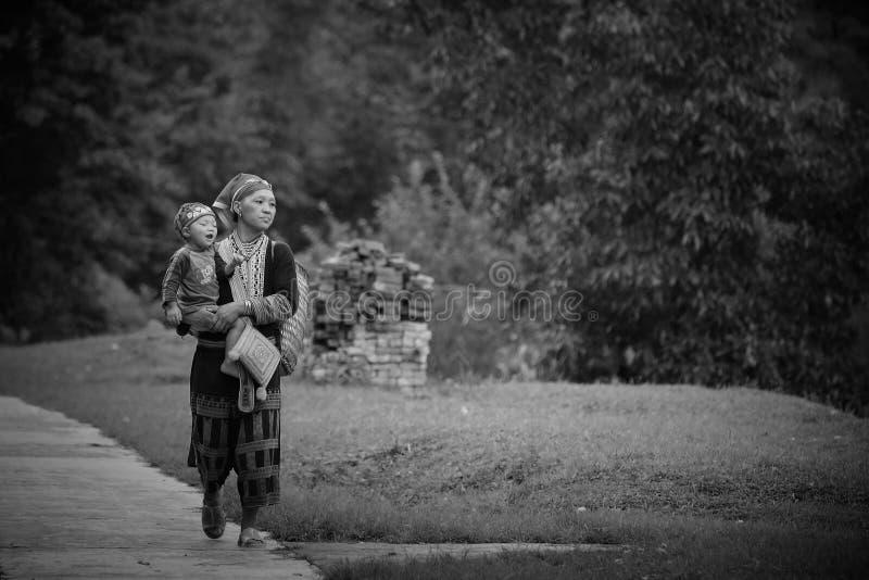 Madre e figlio rossi della tribù della collina di Dao immagini stock