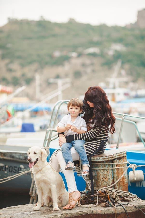 Madre e figlio sul lungomare con un cane immagine stock - Colorazione immagine di un cane ...