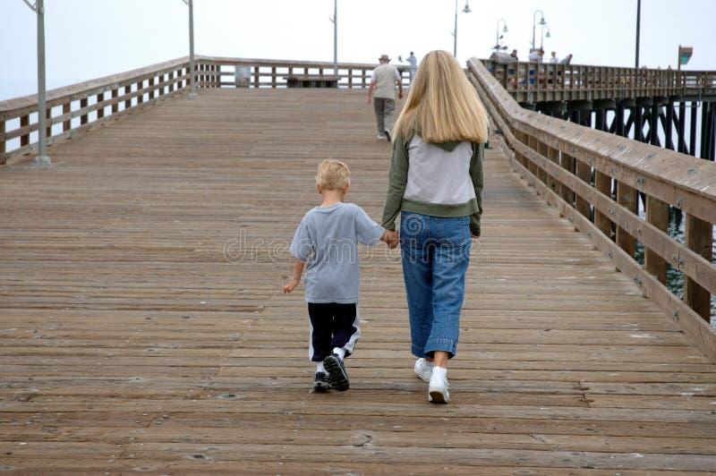 Madre e figlio sul pilastro immagine stock libera da diritti