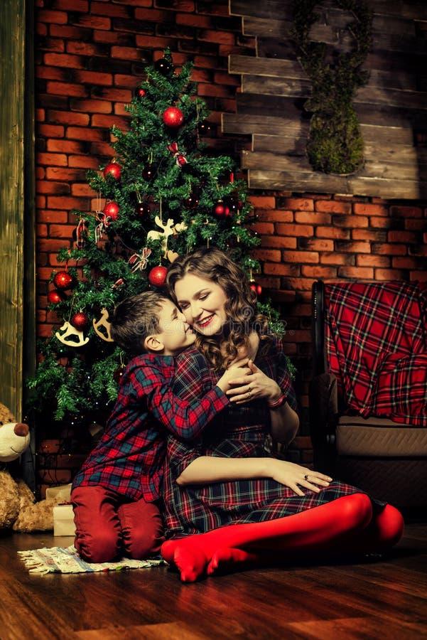 Madre e figlio vicino ad un albero di Natale fotografie stock libere da diritti