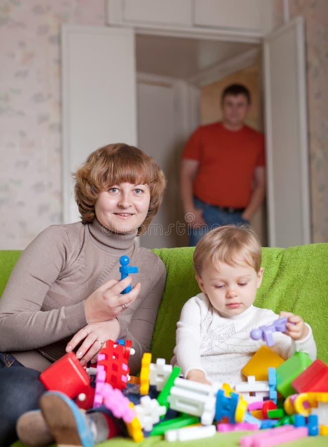 Madre e giochi da bambini con i giocattoli fotografia stock libera da diritti