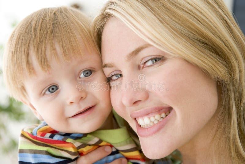 Madre e giovane ragazzo all'interno fotografia stock