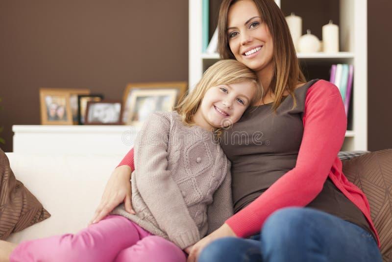 Madre E Hija En Cuarto De Baño Imagen de archivo - Imagen ...