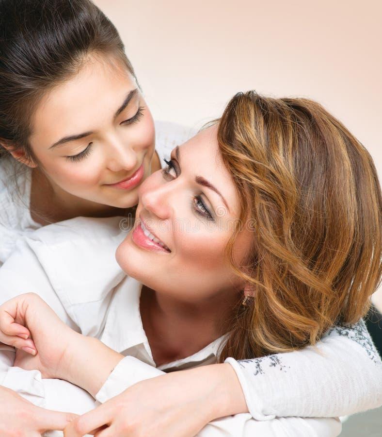 Madre e hija adolescente imagen de archivo