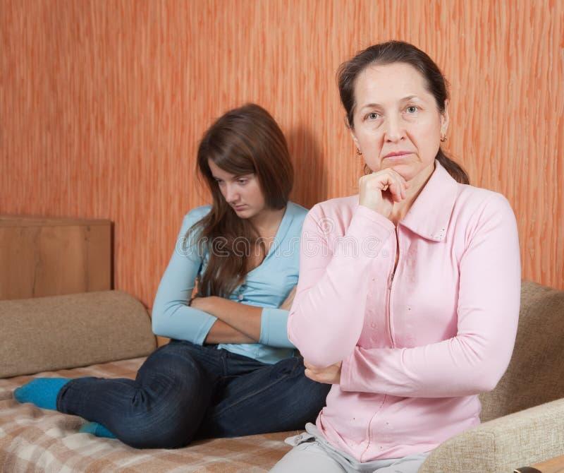Madre e hija adolescente que tienen pelea fotos de archivo libres de regalías