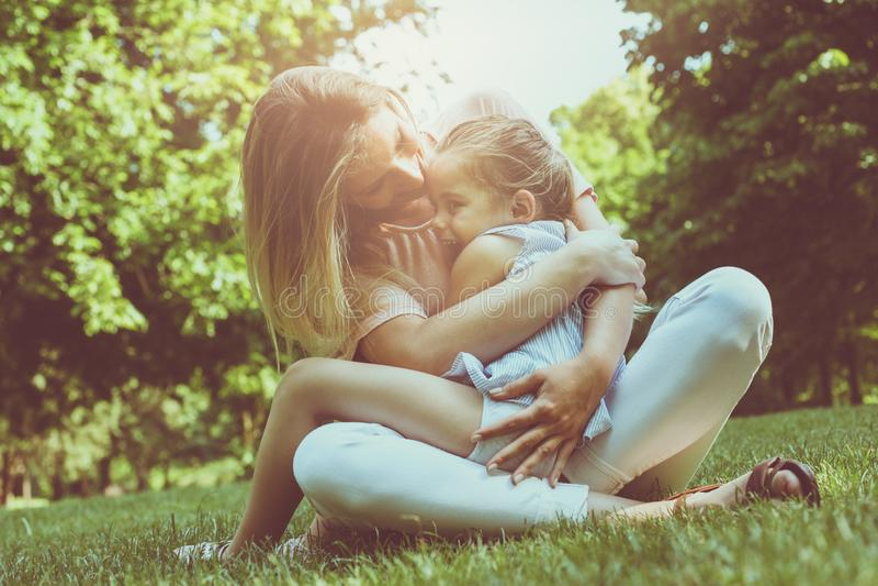 Madre e hija al aire libre en un prado Madre e hija ha fotos de archivo libres de regalías
