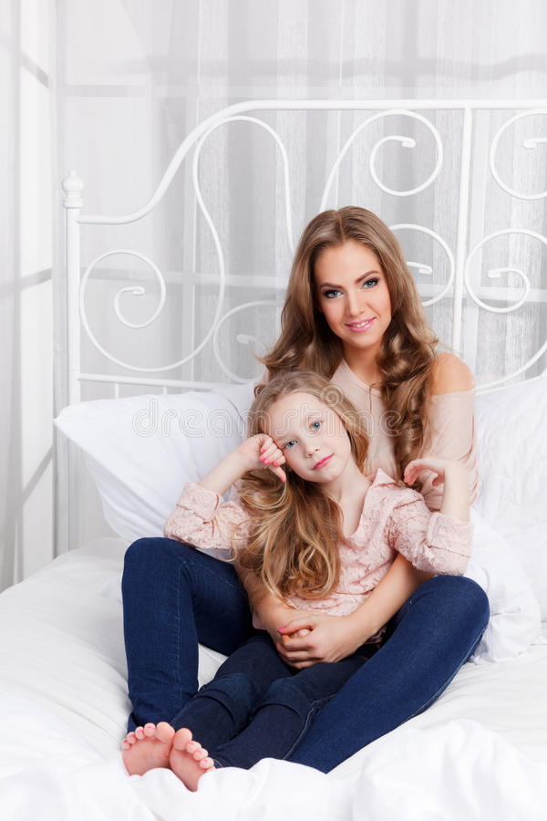 Madre e hija bonitas en casa imágenes de archivo libres de regalías