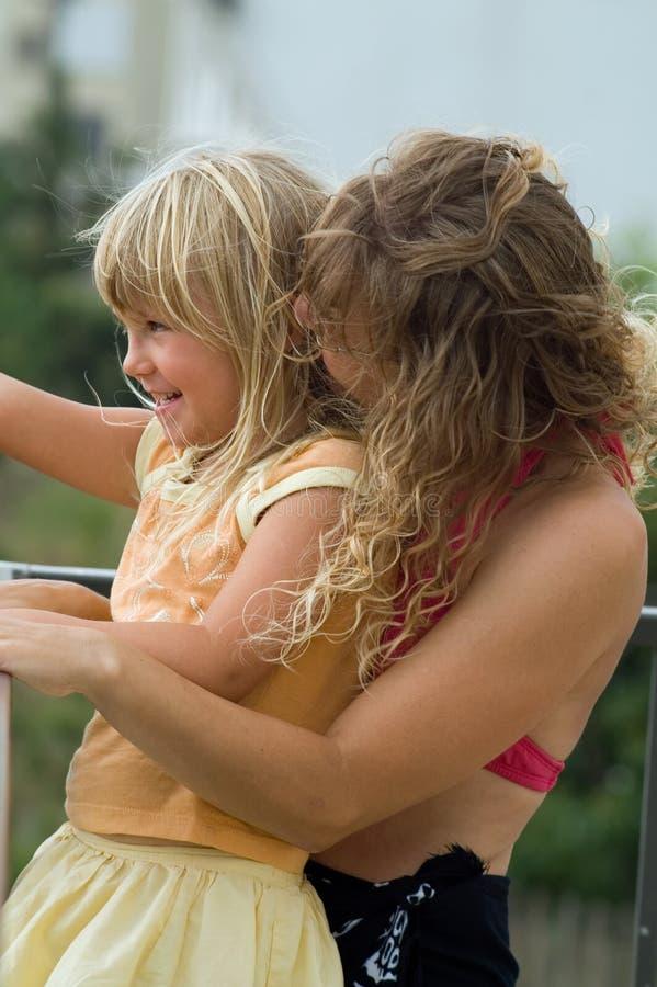 Madre e hija cariñosas imagenes de archivo
