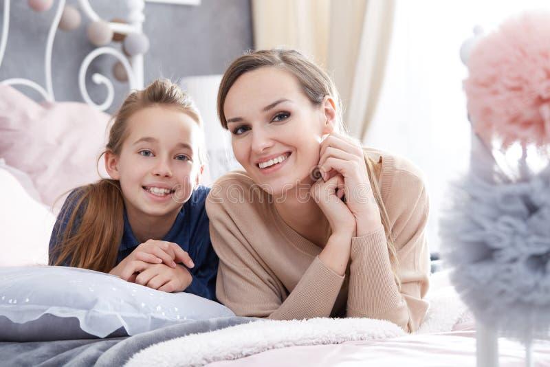 Madre e hija como amigos fotografía de archivo libre de regalías