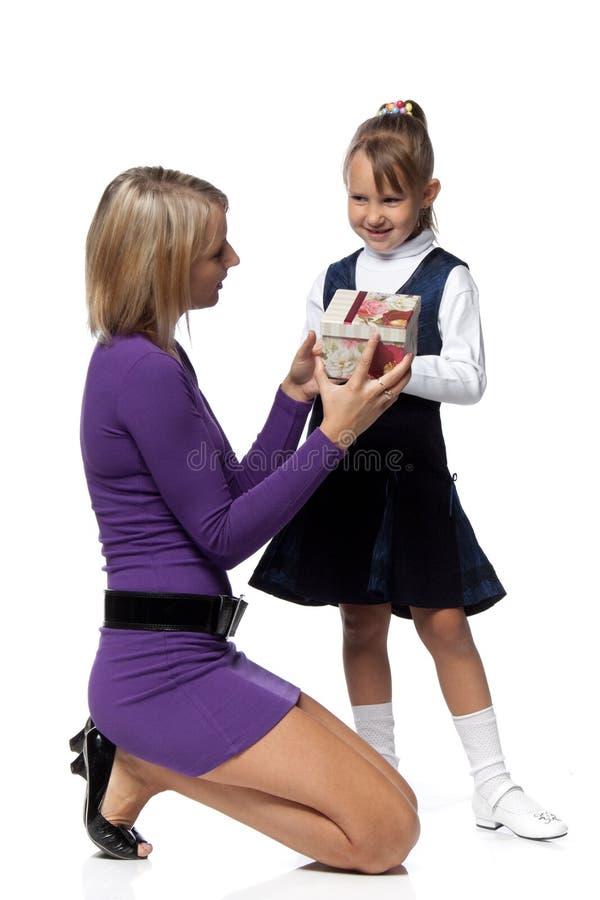Madre e hija con el rectángulo de regalo imagen de archivo
