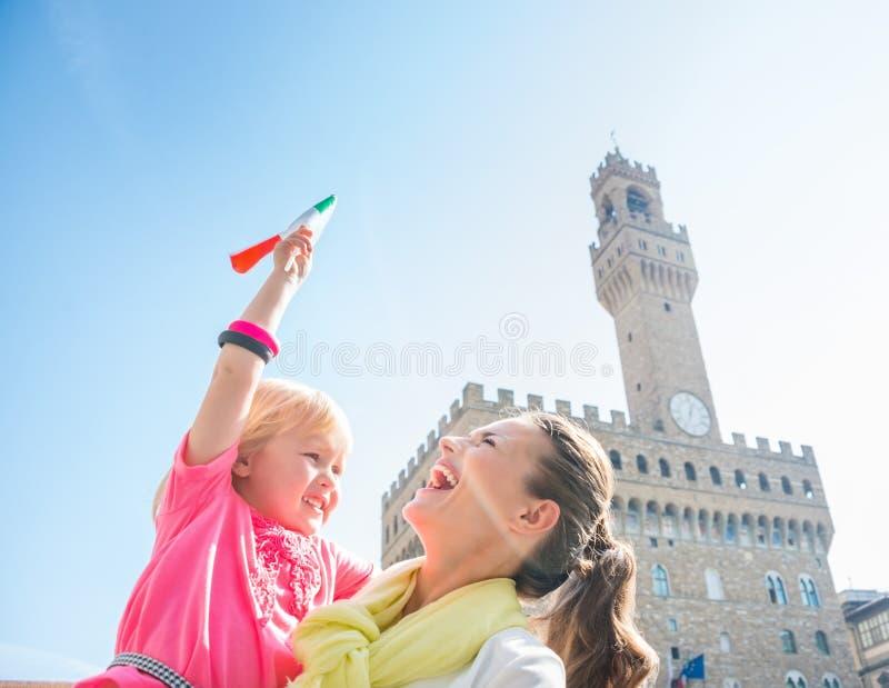 Madre e hija con la bandera italiana cerca de Palazzo Vecchio imagen de archivo