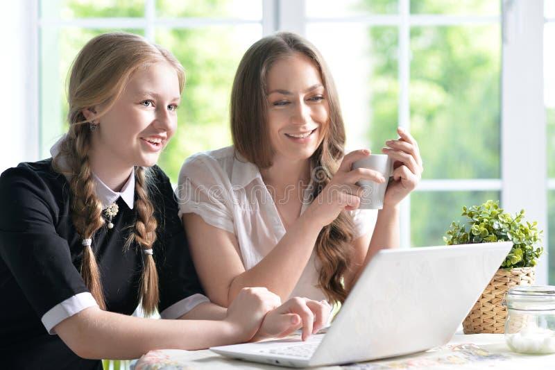 Madre e hija con la computadora portátil imágenes de archivo libres de regalías