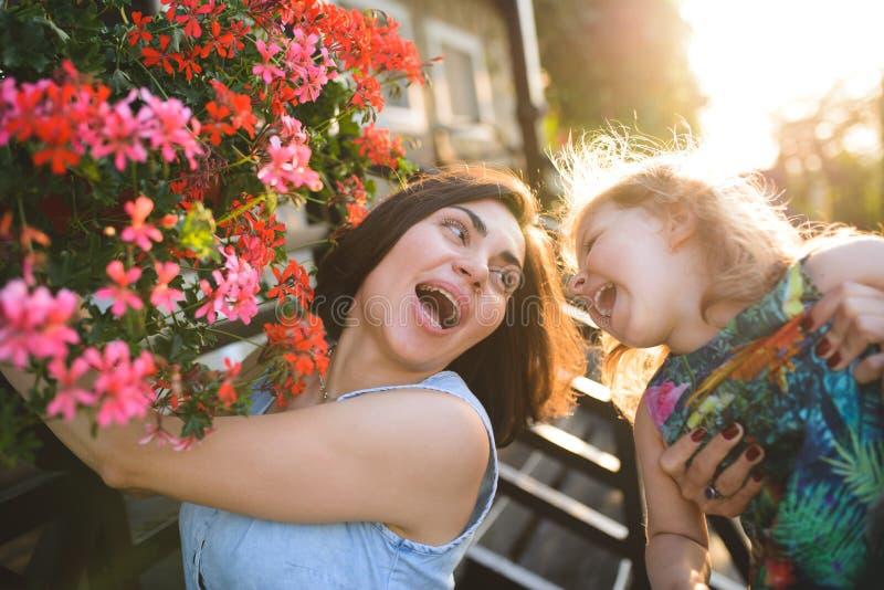 Madre e hija de risa y de griterío fotografía de archivo