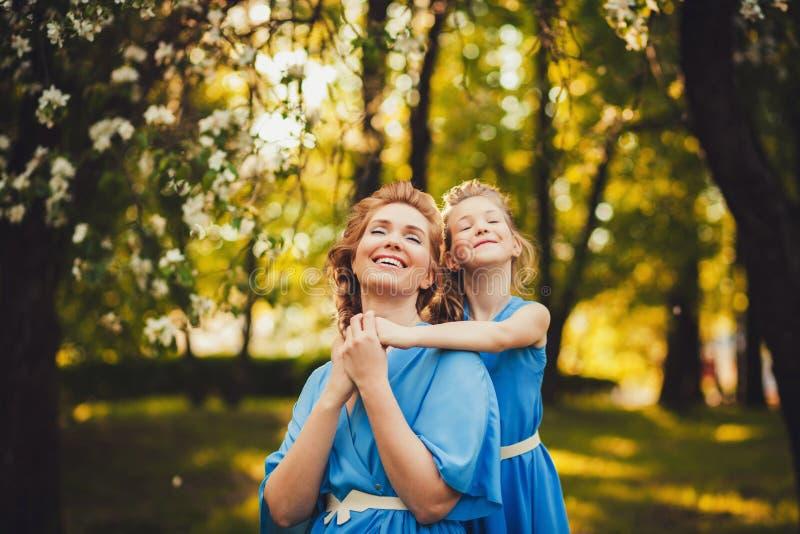 Madre e hija despreocupadas imagenes de archivo