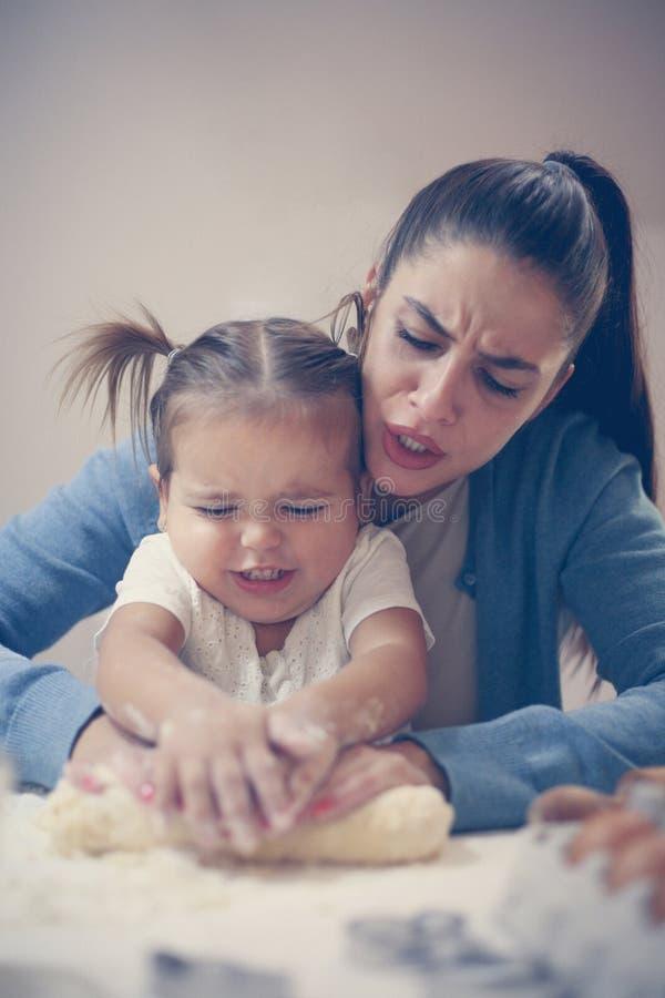 Madre e hija en cocina Cooki de la hornada de la madre y de la hija imagen de archivo libre de regalías