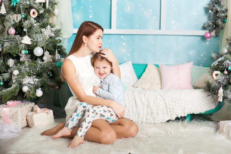 Madre e hija en decoraciones de una Navidad imágenes de archivo libres de regalías