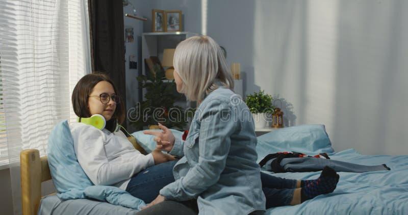 Madre e hija en dormitorio fotos de archivo
