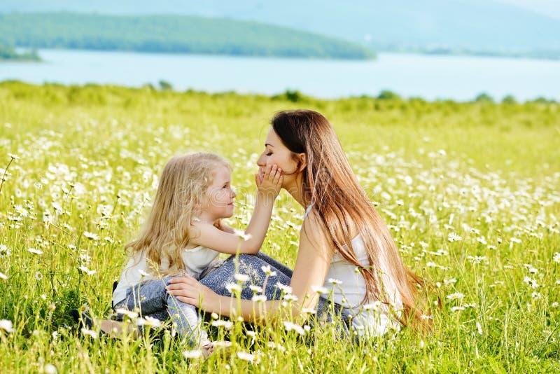 Madre e hija en el campo de margaritas imagen de archivo libre de regalías