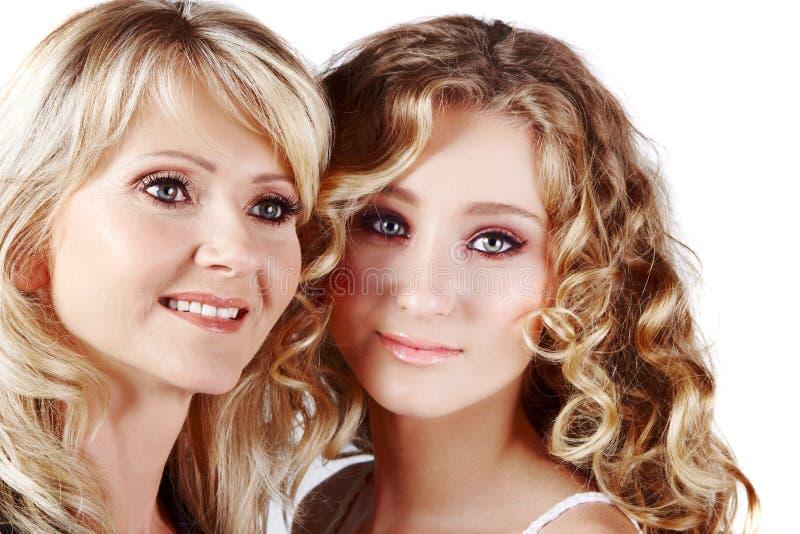 Madre e hija en el fondo blanco fotografía de archivo libre de regalías