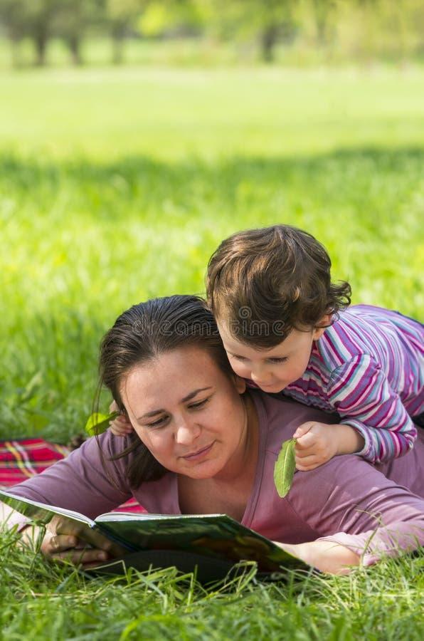 Madre e hija en el parque imágenes de archivo libres de regalías