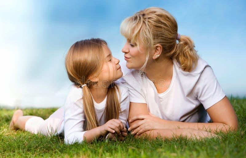Madre e hija en el prado imagen de archivo