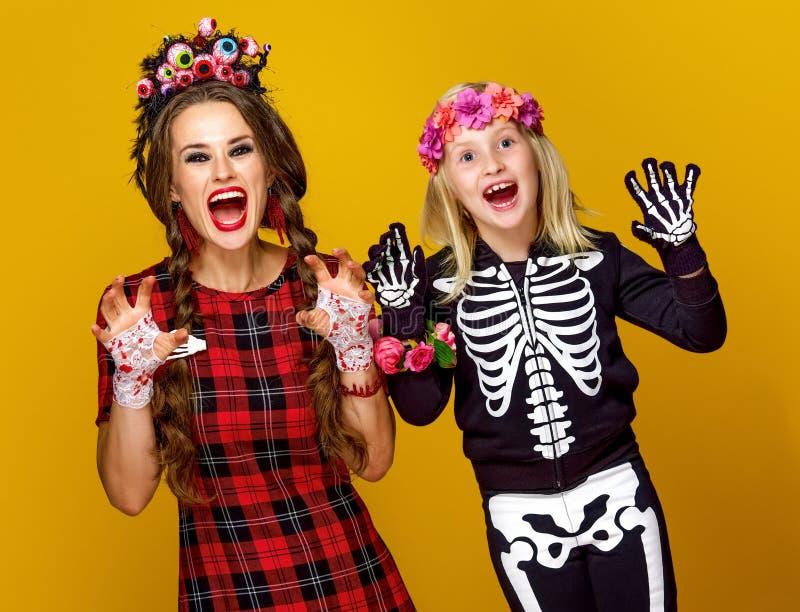 Madre e hija en el susto del traje de Halloween imagen de archivo