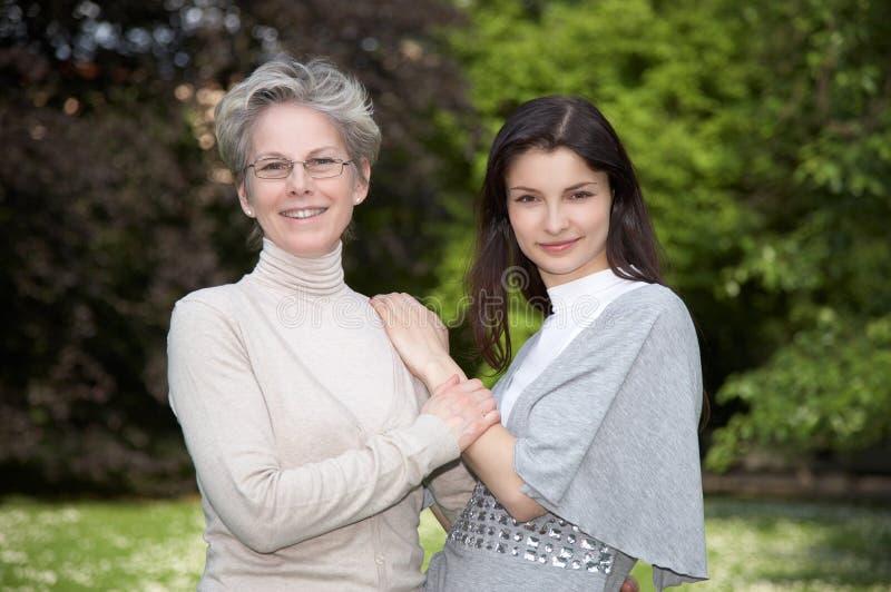 Madre e hija en la caminata imagenes de archivo