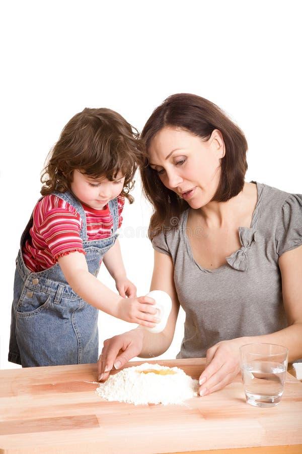 Madre e hija en la fabricación de la cocina foto de archivo libre de regalías