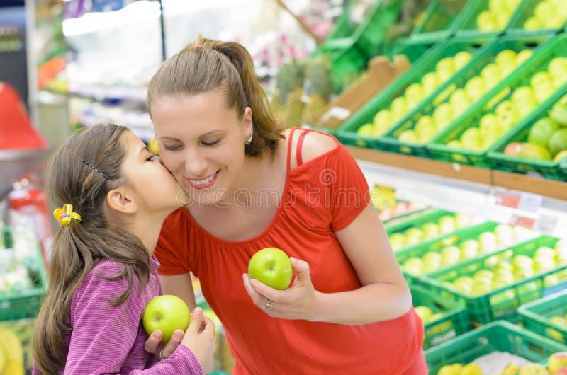 Madre e hija en las compras fotografía de archivo