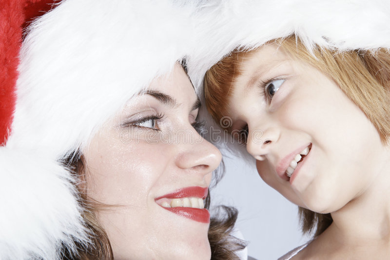 Madre e hija en los sombreros de Santa imagenes de archivo