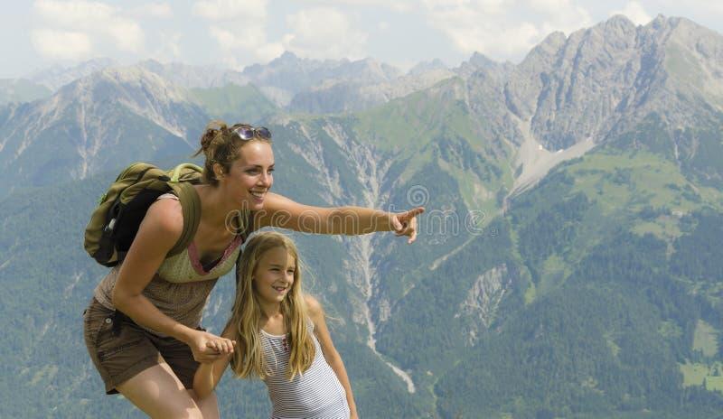 Madre e hija en montañas fotografía de archivo