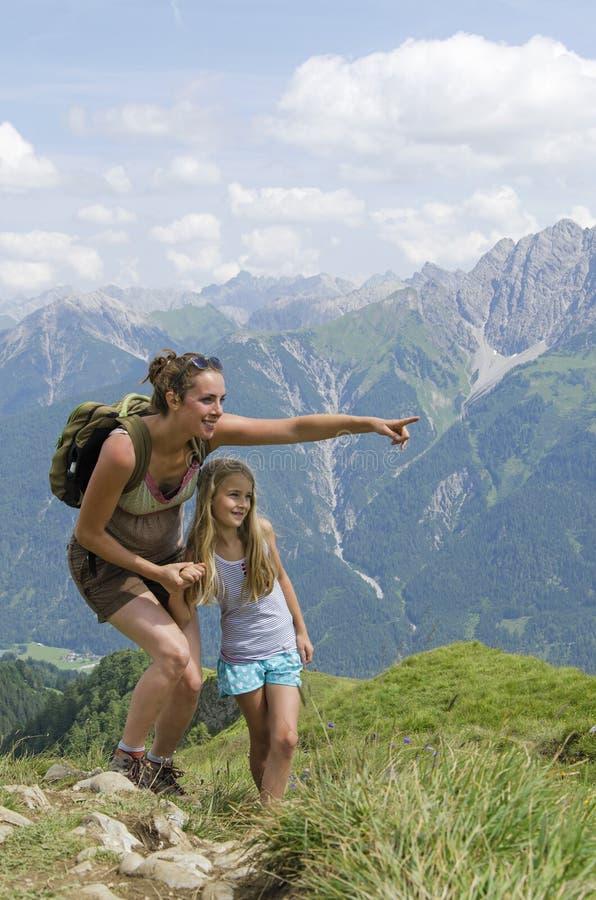 Madre e hija en montañas fotografía de archivo libre de regalías