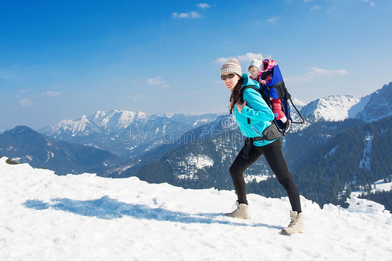 Madre e hija en montañas del invierno fotografía de archivo libre de regalías