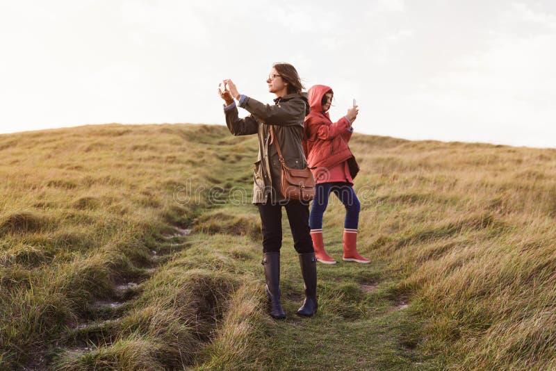 Madre e hija en naturaleza fotografía de archivo libre de regalías