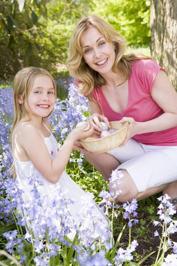 Madre e hija en Pascua que busca los huevos fotografía de archivo libre de regalías