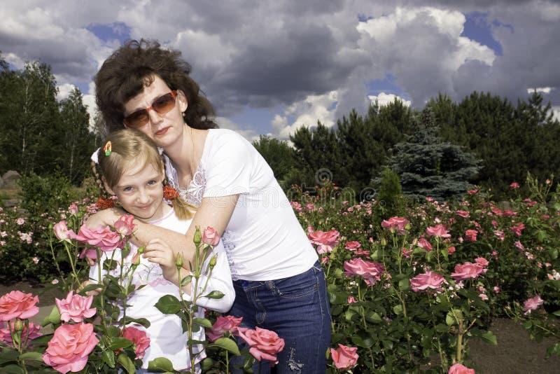 Madre e hija en prado imagenes de archivo