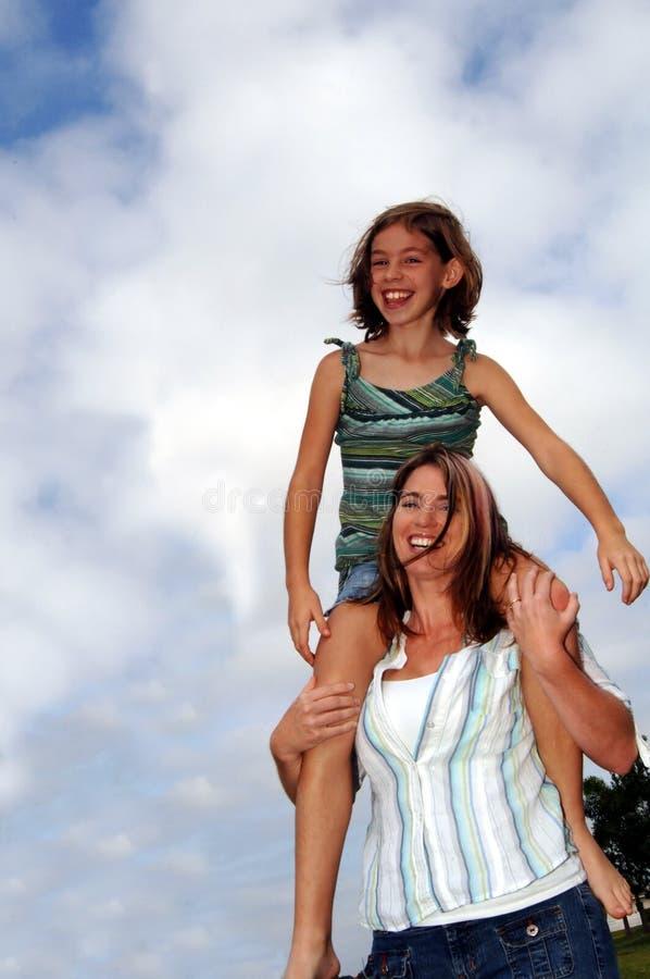 Madre e hija felices imágenes de archivo libres de regalías
